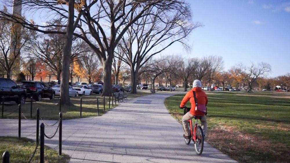 秋晴れのもとワシントンの公園横を走る私