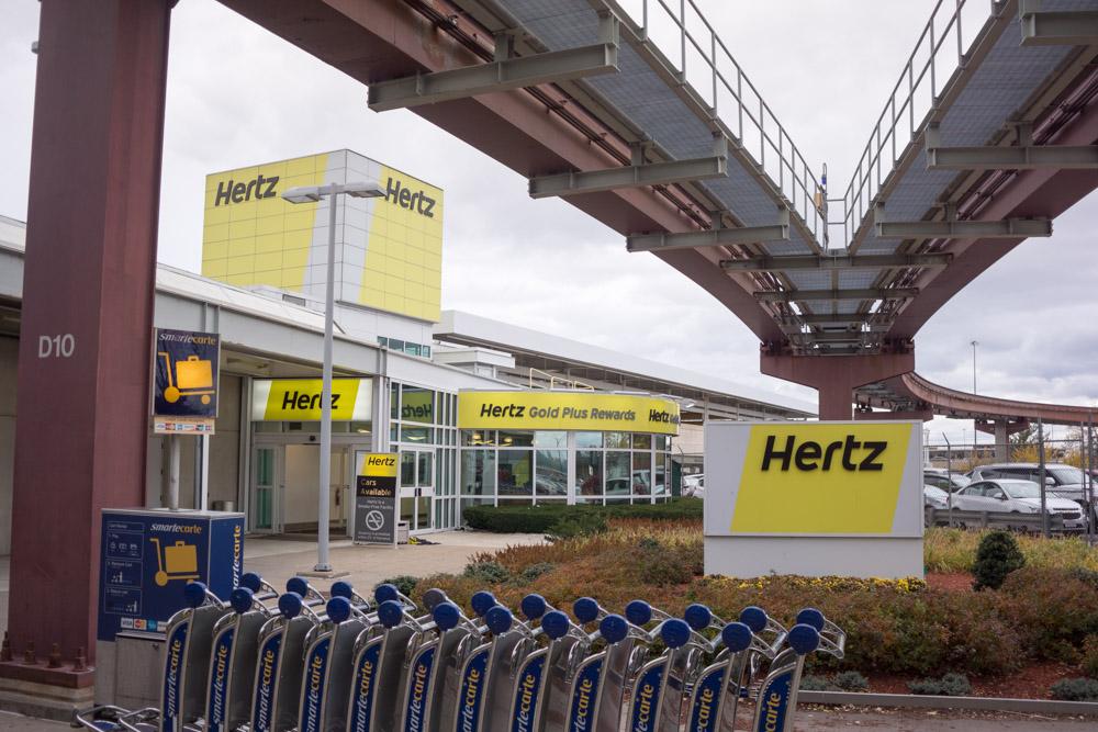 ニューアーク国際空港のHertzレンタカー受付の建物全景