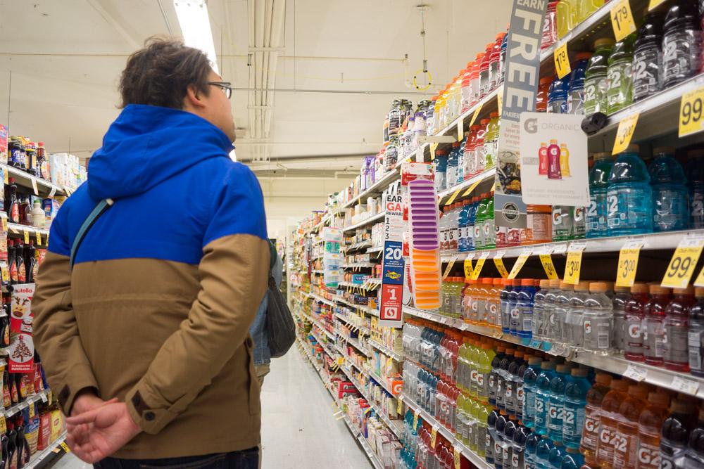 見たことない商品がずらーっと並ぶスーパーマーケットの棚