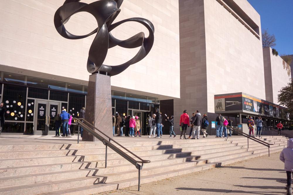 スミソニアン航空宇宙博物館の玄関前の行列