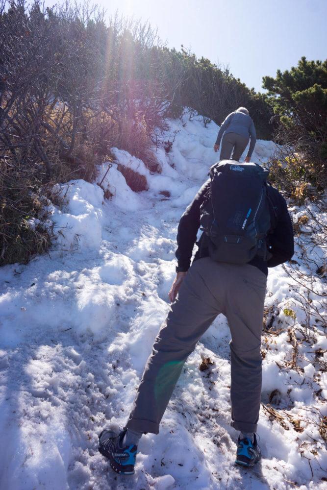 登山道を覆う雪