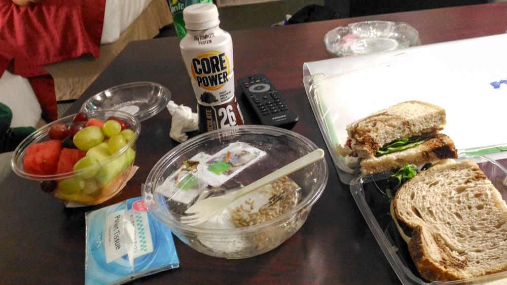 スーパーマーケットで買った野菜サラダとサンドイッチ